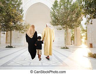 красивая, гулять пешком, семья, мусульманка, мечеть, традиционный, вместе, восточный, окружающий, фронт, арабский