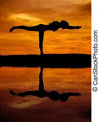 красивая, женщина, силуэт, отражение, воды, йога