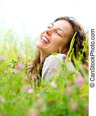 красивая, наслаждаться, женщина, луг, природа, молодой, flowers., лежащий