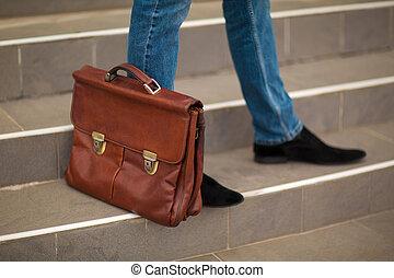 крупный план, портфель, карьера, concept., размытый, background., рост, outside., бизнесмен, лестница, человек