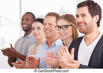 люди, веселая, ряд, в то время как, кто то, группа, applauding, innovations., постоянный, бизнес, корпоративная