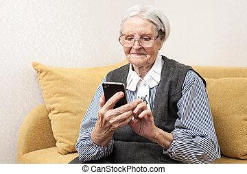 мобильный, с помощью, старшая, женщина, телефон