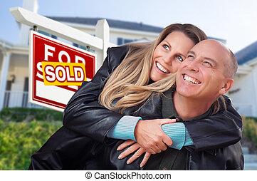 недвижимость, дом, пара, в обнимку, знак, фронт, продан, счастливый