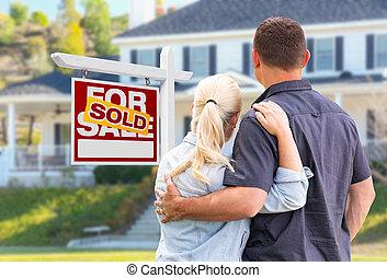 недвижимость, дом, пара, молодой, знак, облицовочный, взрослый, фронт, продан