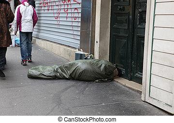 один, france., спящий, бездомный, франция, curled, has, париж, -, пластик, 1, под, :, 2013, брезент, их, май, dies, улица, cегодня, день, человек, 130, вверх, каждый, париж, 1, бездомный