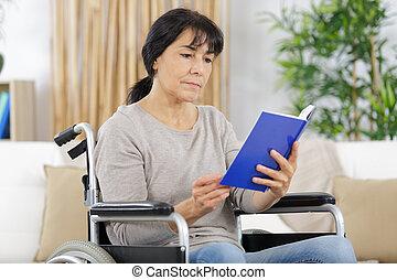 отключен, женщина, инвалидная коляска, книга