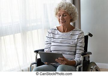 отключен, женщина, старшая, цифровой, инвалидная коляска, сидеть, счастливый, с помощью, таблетка
