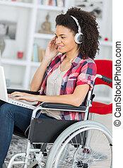 отключен, инвалидная коляска, женщина, портативный компьютер