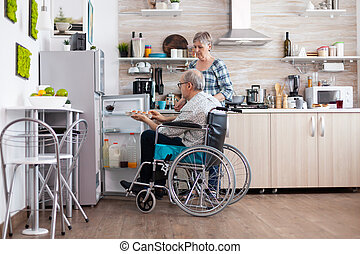 отключен, помощь, старшая, жена, his, холодильник, принятие, инвалидная коляска, человек, eggs
