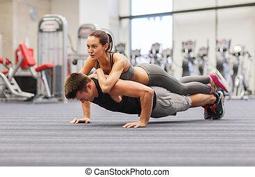 пара, гимнастический зал, push-ups, улыбается