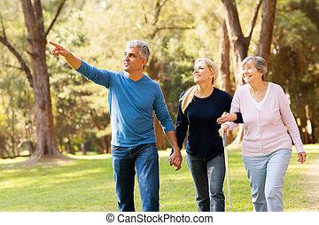 пара, пожилой, ходить, средний, мама, aged, принятие