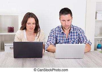 пара, портативный компьютер, за работой