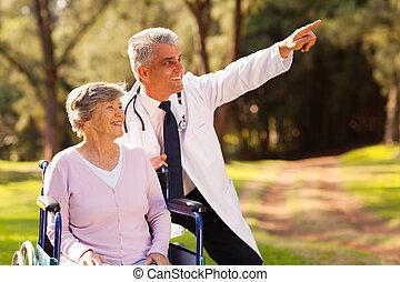 пациент, врач, медицинская, ходить, на открытом воздухе, старшая, дружелюбный