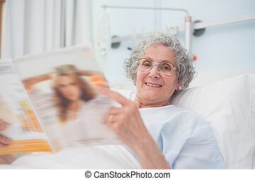 пациент, пожилой, журнал, чтение