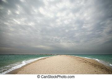 песок, пасмурная погода, море, вертел