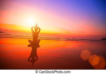 пляж, женщина, meditating, sunset.