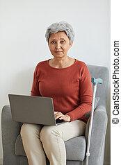 портативный компьютер, старшая, с помощью, женщина