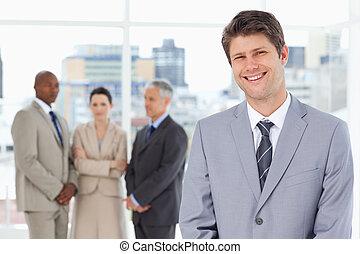 постоянный, вертикально, команда, his, менеджер, улыбается, за, его, молодой