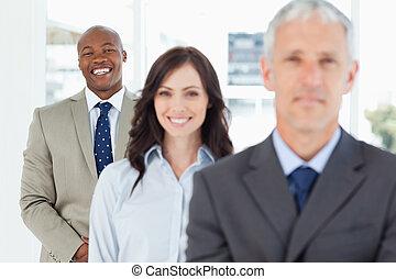постоянный, вертикально, команда, his, следующий, улыбается, наемный рабочий, молодой
