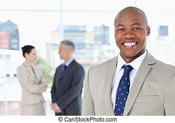 постоянный, вертикально, менеджер, в то время как, улыбается, молодой