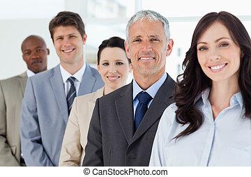 постоянный, вертикально, 4, их, улыбается, сотрудников, вокруг, директор