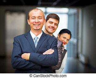 постоянный, вокруг, сотрудников, их, менеджер, улыбается