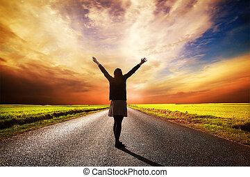 постоянный, женщина, длинный, закат солнца, дорога, счастливый