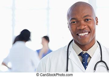 постоянный, шея, his, врач, стетоскоп, улыбается, вокруг