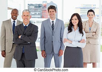 постоянный, his, colleagues, улыбается, средний, должностное лицо, молодой, комната