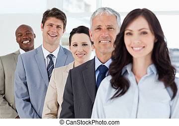 постоянный, his, well-lit, улыбается, бизнесмен, co-workers, молодой, комната