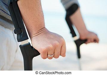 пострадавший, crutches, пытаясь, человек, ходить