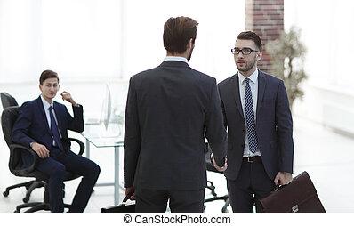 по рукам, поразительный, после, два, businessmen, большой, handshaking