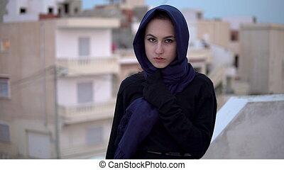 против, женщина, houses., молодой, крыша, гулять пешком, фон, headscarf., арабский, дом, roof.