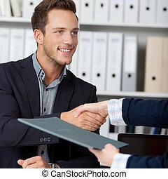 работа, interviewing, рукопожатие, в то время как