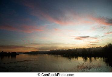 река, закат солнца