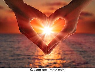 руки, сердце, закат солнца