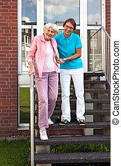 сиделка, помощь, steps, старшая, леди, дружелюбный