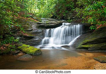 синий, mountains, хребет, природа, пятно, trees, пышный, rocks, воды, зеленый, waterfalls, flowing, мирное, движение, пейзаж