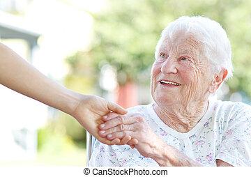 смотритель, старшая, женщина, держа, руки