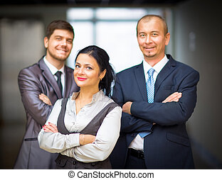 сотрудников, улыбается