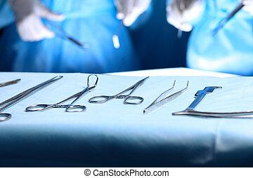 стали, быть, группа, instruments, медицинская, surgeons, хирургический, patient., в то время как, операционная, лежащий, задний план, готов, таблица, инструменты, used.