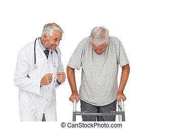 старшая, врач, с помощью, ходок, человек