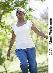 старшая, женщина, парк, гулять пешком