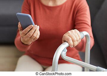 старшая, женщина, телефон, с помощью, мобильный