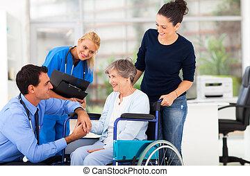 старшая, мужской, пациент, утешительный, врач