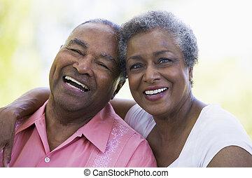 старшая, сидящий, пара, на открытом воздухе