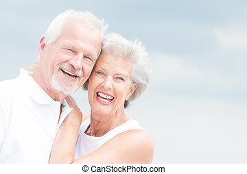 старшая, улыбается, пара