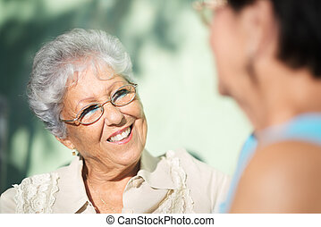старый, парк, два, talking, friends, старшая, женщины, счастливый