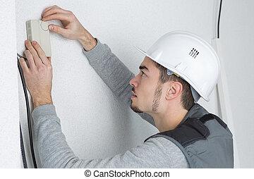 стена, контроллер, человек, термостат, примерка