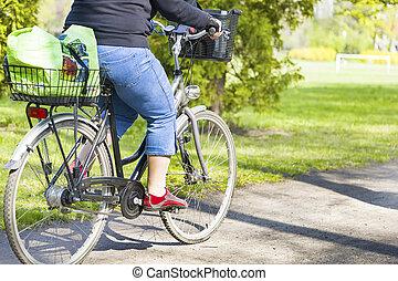 страдающий ожирением, женщина, велосипед, верховая езда